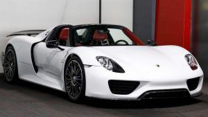 Белый Porsche 918 Spyder Weissach Package
