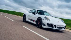 Белый Porsche 911 Carrera 4 GTS British Legends Edition